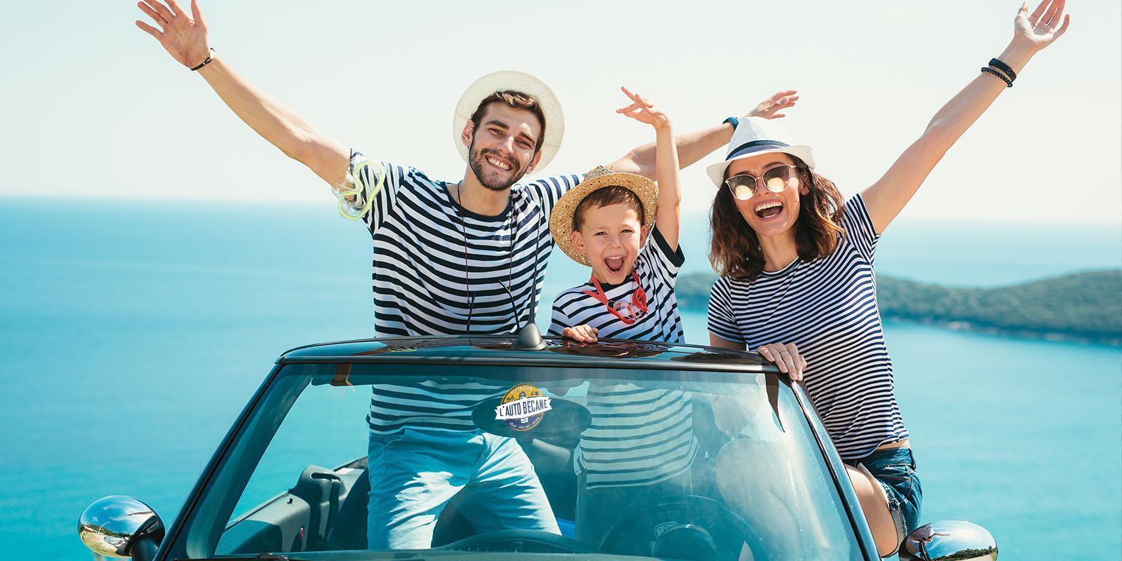 Voyage en voiture jusqu'à la mer. Les gens s'amusent avec Autobecane.com