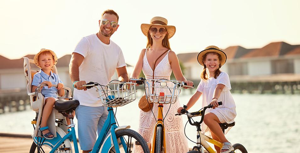 Une famille de vacanciers en vélo